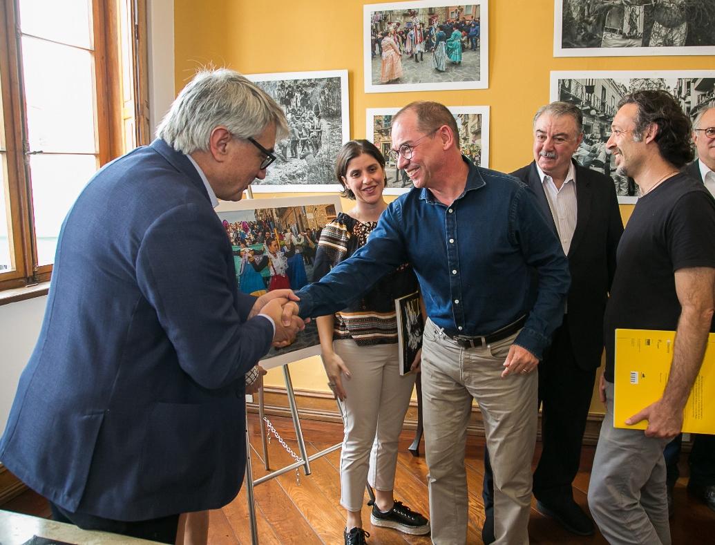 O autor recebe os cumprimentos de Patrick Pauwelyn, diretor da Impextraco, uma das empresas que patrocinaram seu livro.