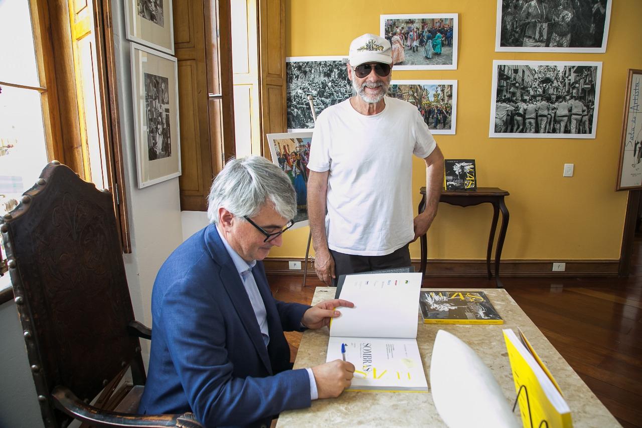 O escultor Alfi Vivern com o autor.