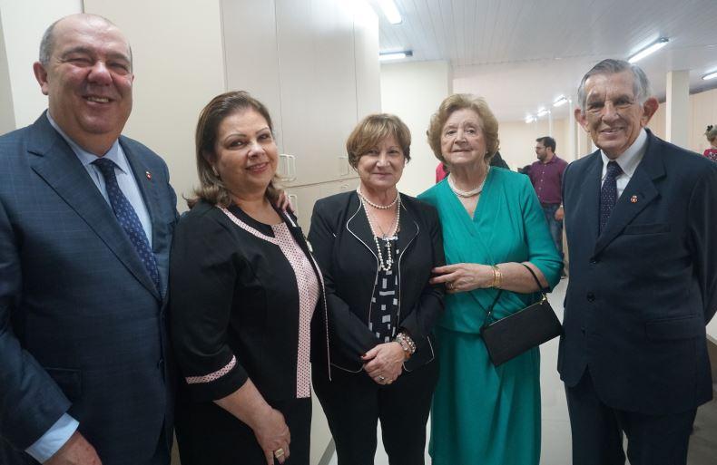 Pedro de Paula Filho e a mulher, Anna Maria Britto de Paula, a vice-reitora Graciela Bolzón de Muniz e o casal Therezinha e Euclides Scalco no novo Centro Administrativo do HC.