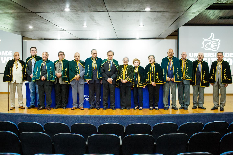 José Pio Martins (ao centro) com seus colegas da Academia Paranaense de Letras.