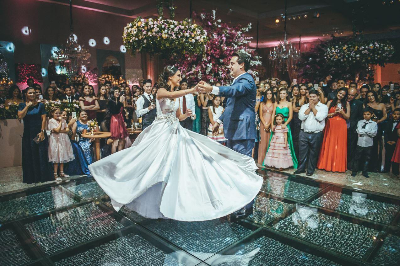 O governador eleito Ratinho Jr. dançando a valsa com a filha Alana. Fotos: Lígia Lagos e Ana Vanin