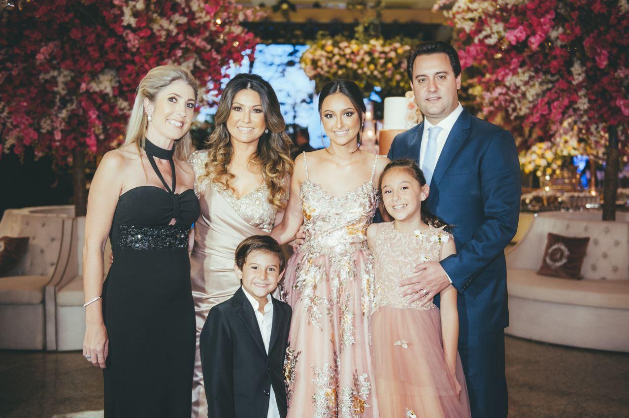 Luciana Krizanowski (de preto), produtora da festa, com Alana, os pais dela, Luciana e Ratinho Jr., e os outros dois filhos do casal, Yasmin e Carlos Roberto Massa Neto.
