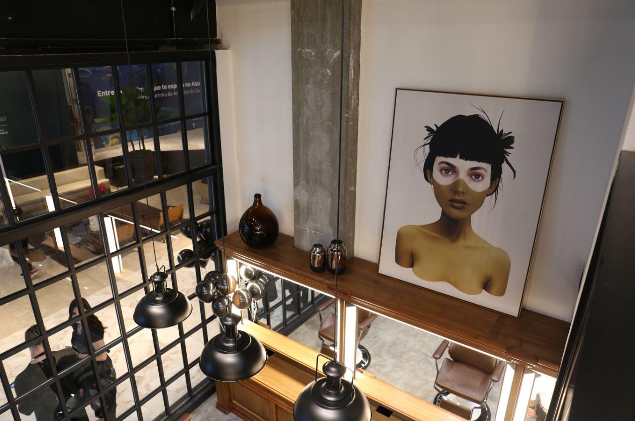 O salão possui um mezanino, que abrigará exposições temporárias de arte.