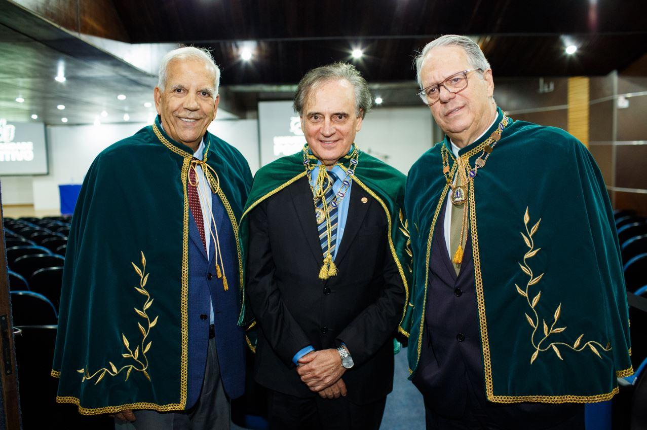 José Pio Martins (no meio) com Oriovisto Guimarães (à esq.) e o presidente da Academia Paranaense de Letras, Ernani Buchmann. Fotos: Diego Wladyka