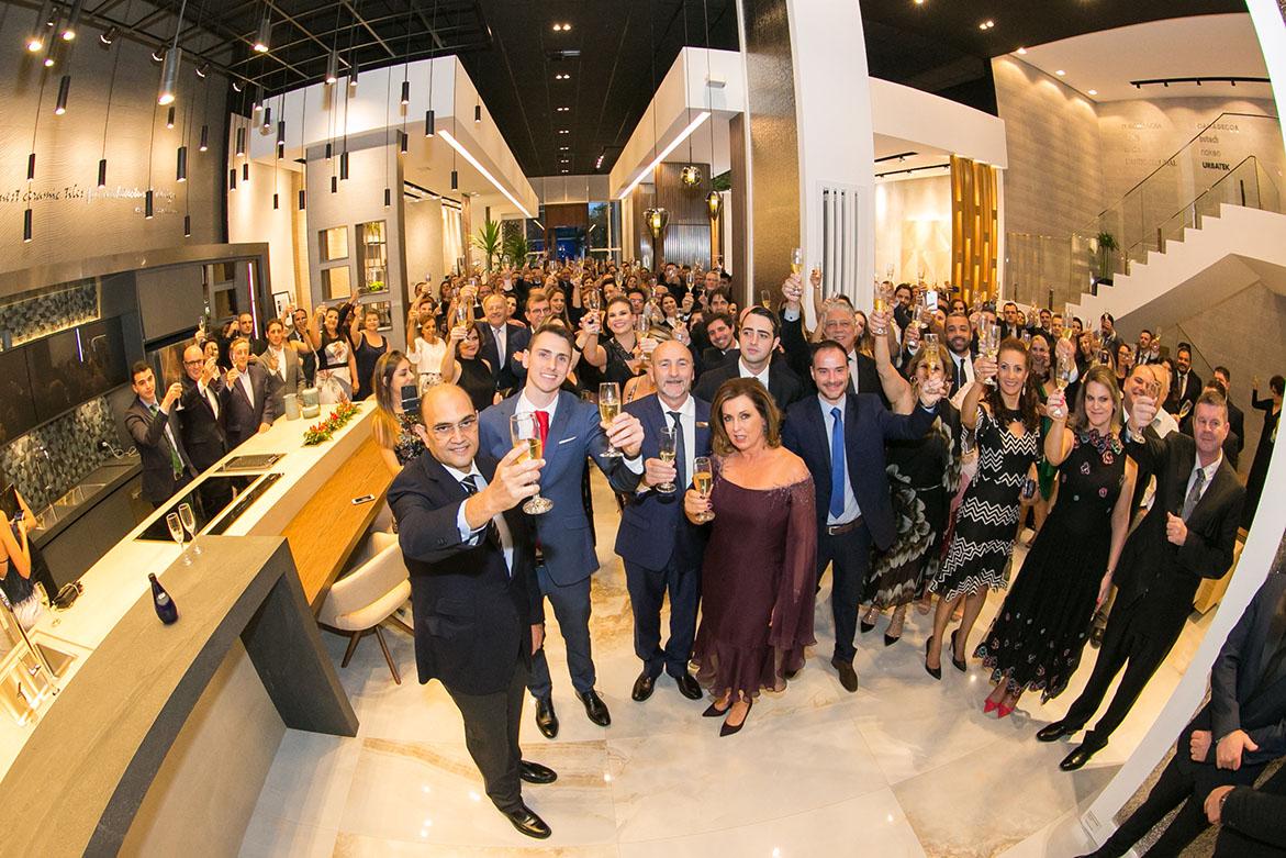 Momento do brinde durante a inauguração do showroom da Porcelanosa.