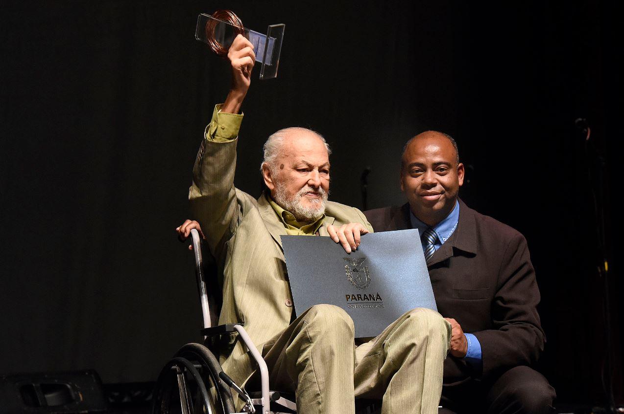 O presidente do Conselho Estadual de Promoção da Igualdade Racial, Saul Dorval (à dir.) entregou o troféu a Glauco Souza Lobo, homenageado por sua atuação em defesa dos movimentos sociais.