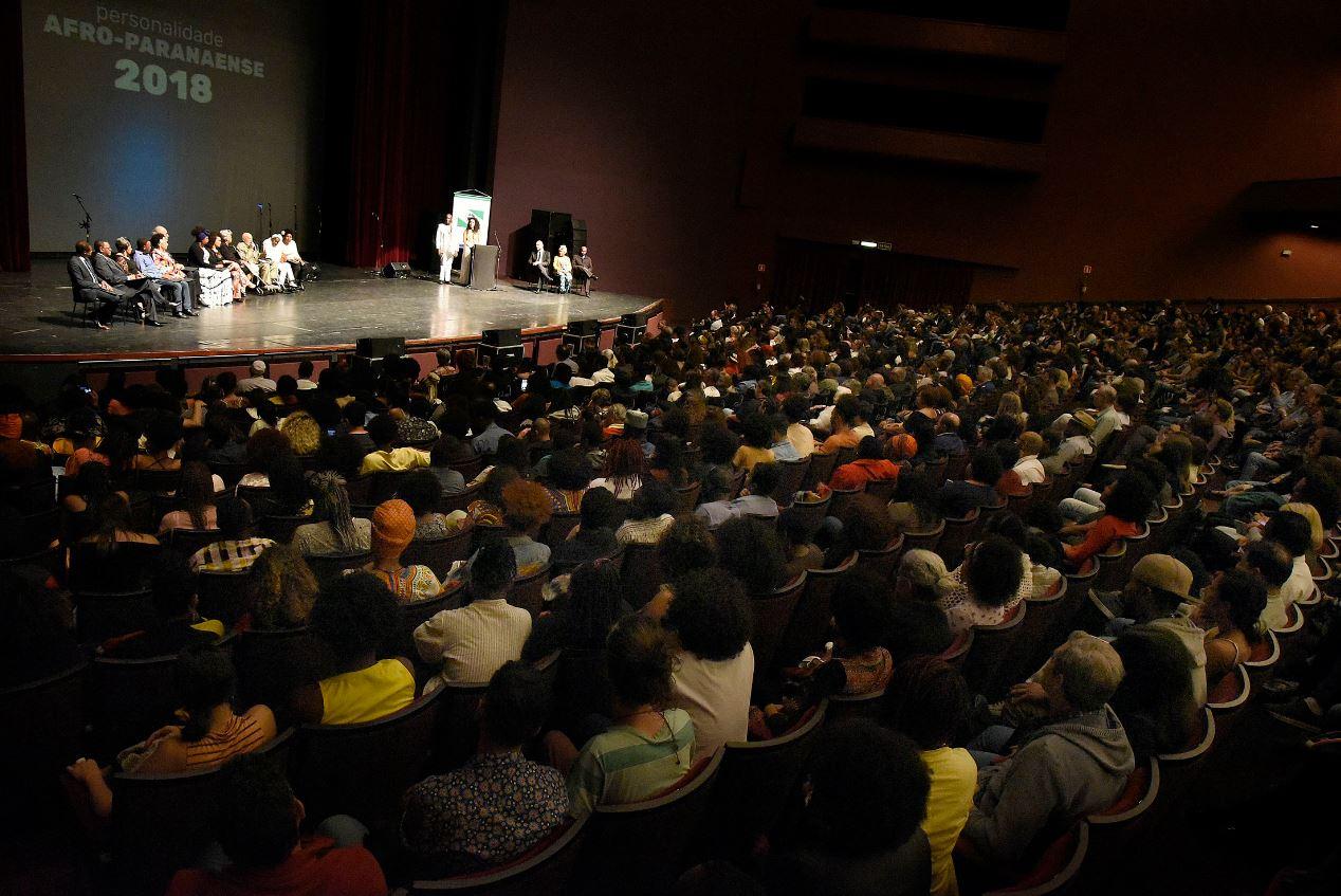 O público lotou o Guairão para assistir as homenagens.