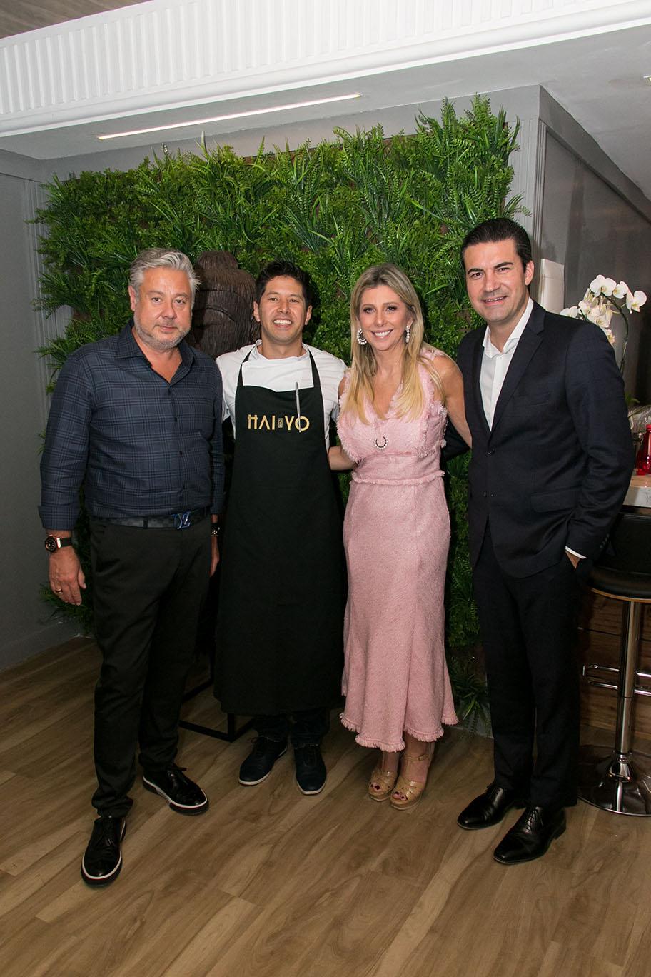 O arquiteto Eduardo Mourão com o chef Kazuo Harada, Marilis e Sandro Faggiani.