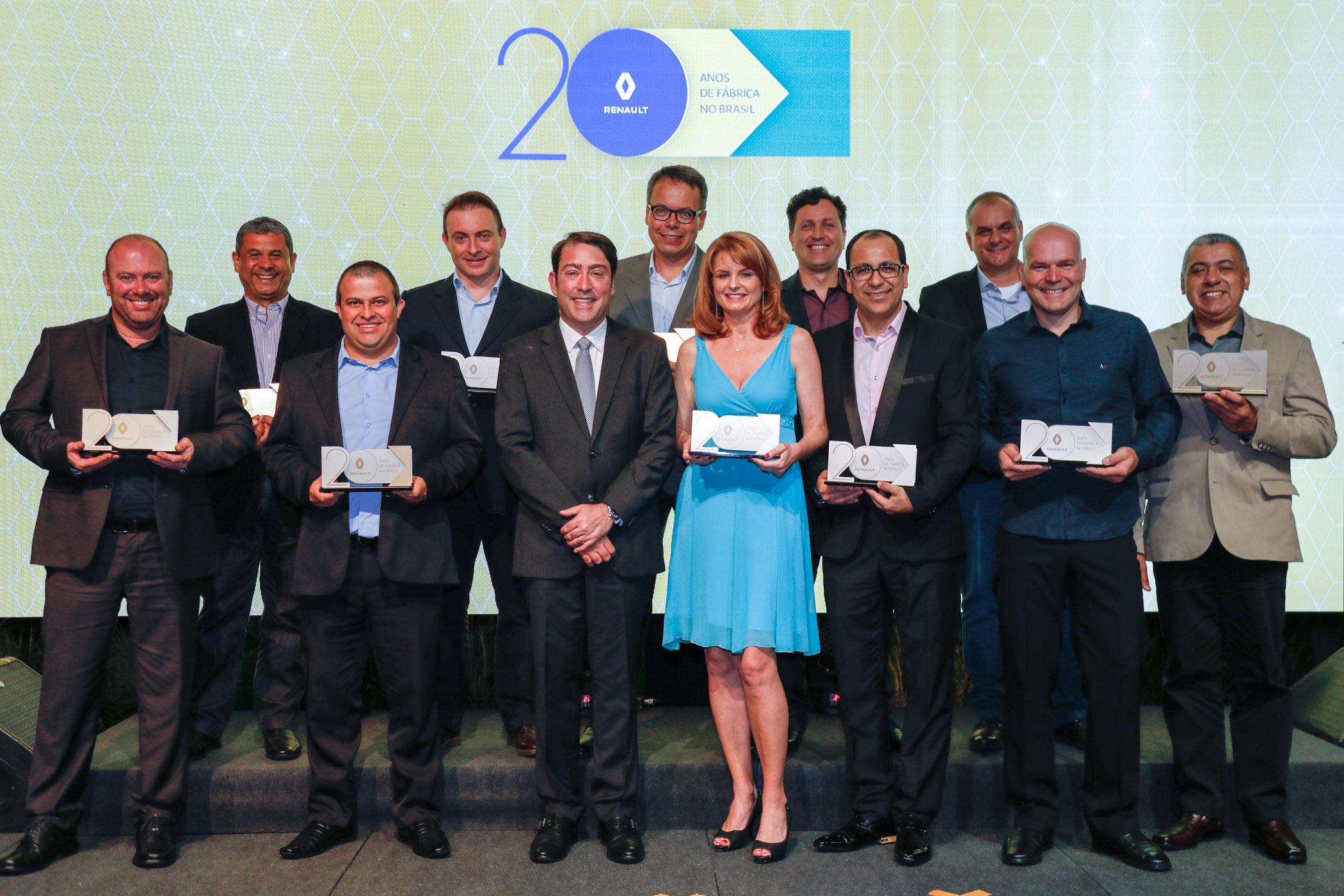 Pedrucci com alguns dos funcionários homenageados por completarem 20 anos de empresa, no jantar na Sociedade Hípica Paranaense.