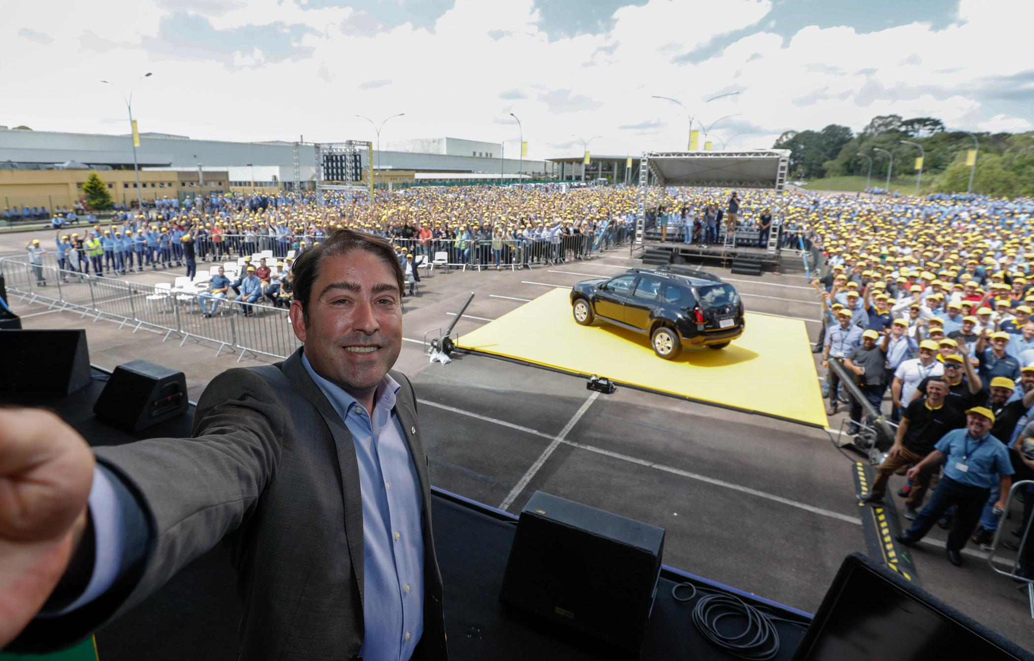 O presidente da Renault América Latina, Luiz Fernando Pedrucci, faz uma selfie com os funcionários da empresa, com o Renault Duster em primeiro plano. Fotos: Rodolfo Bührer