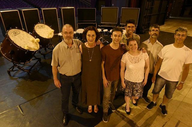 Monica Rischbieter com os músicos José Chapulla,  Leonardo Gorosito, Nicole Lemanczyk, Maurício Carneiro, Márcio Szulak e Fernando Thá Filho.