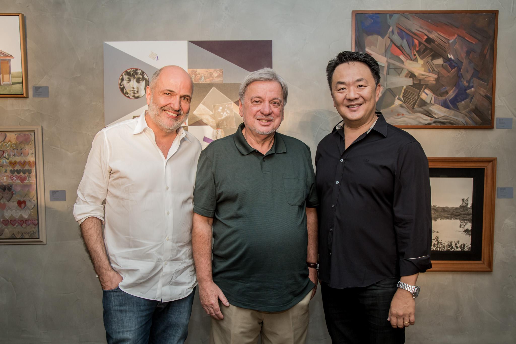 O arquiteto Jayme Bernardo (à esq.), Carlos Jorge Zimmermann (irmão do homenageado) e o presidente do Grupo A. Yoshii, Leonardo Yoshii.