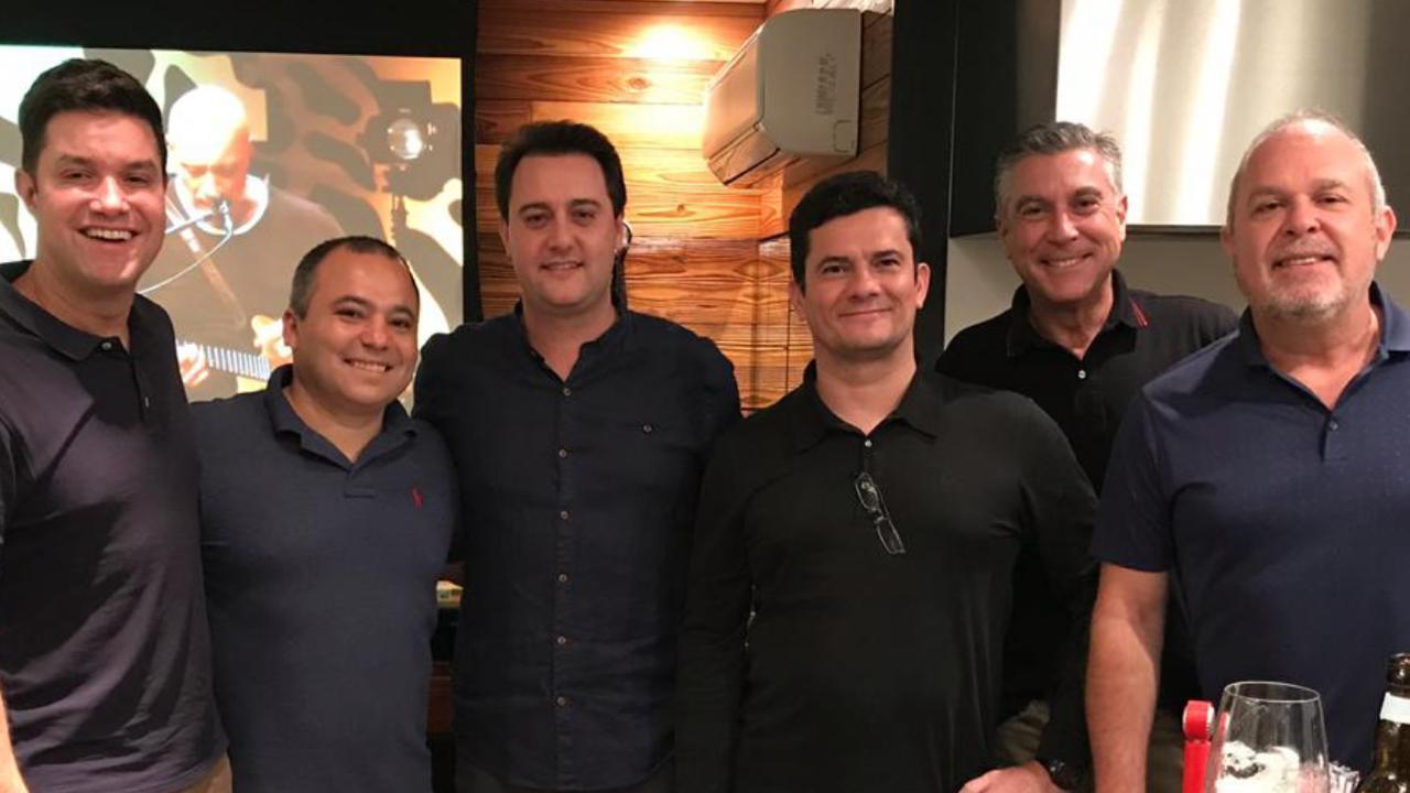 Ratinho Jr. e Moro trocam ideias sobre projetos em bar em Curitiba