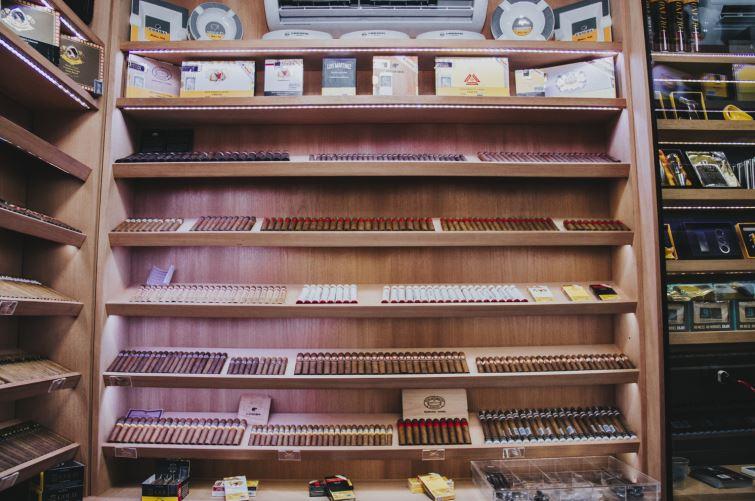 A loja oferece charutos nacionais e cubanos.