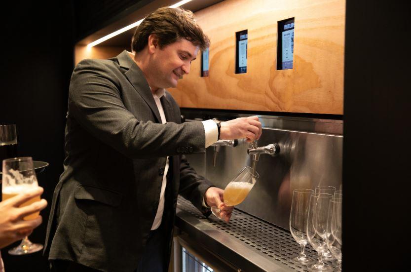 No espaço há um bar com cervejas especiais produzidas pelo próprio grupo.