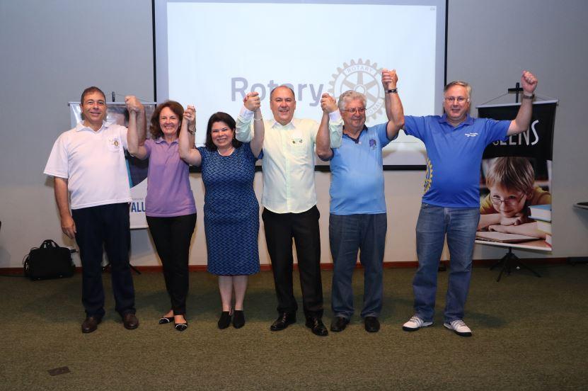 Rotary distribui óculos de grau a crianças carentes de Curitiba e Paranaguá