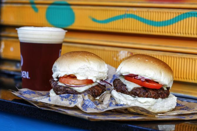WhataFuck inaugura terceira hamburgueria artesanal em Curitiba